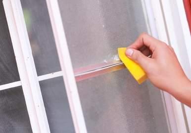 Как можно очистить скотч от пластикового окна: обзор эффективных средств во Владимире